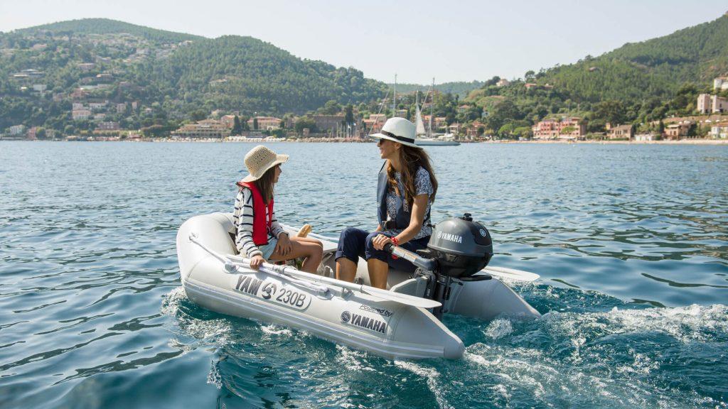 Foto de madre e hija navegando por la costa en una pequeña zodiac hinchable de color blanco de Nautika Kantauri, Concesionario oficial Yamaha en Guipúzcoa