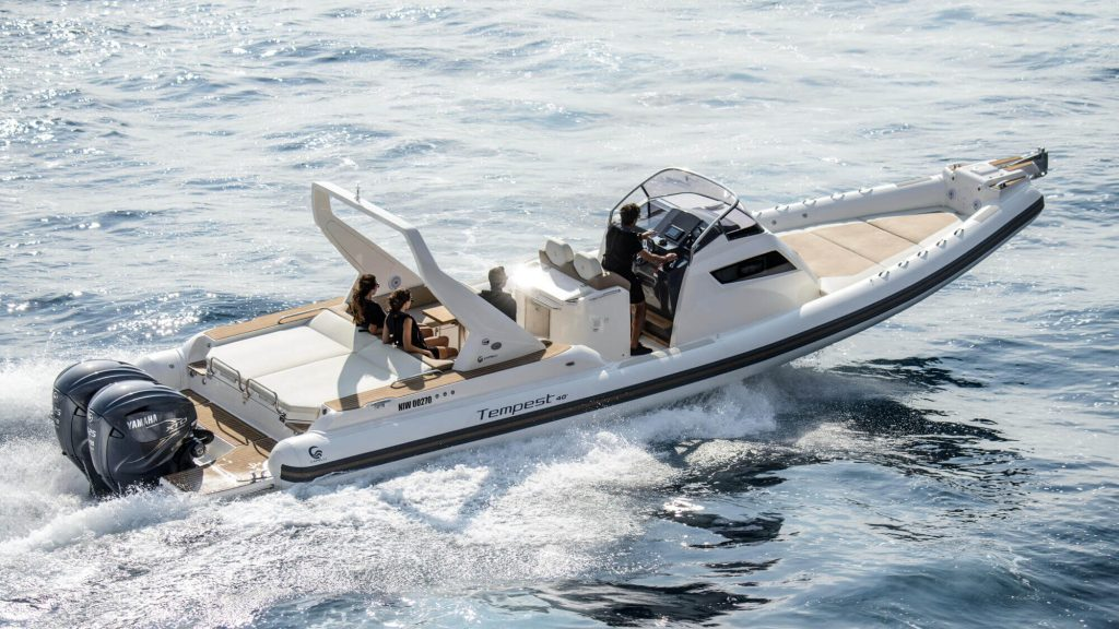 Foto de un yate blanco con motores yamaha navegando de Nautika Kantauri, Concesionario oficial Yamaha en Guipúzcoa