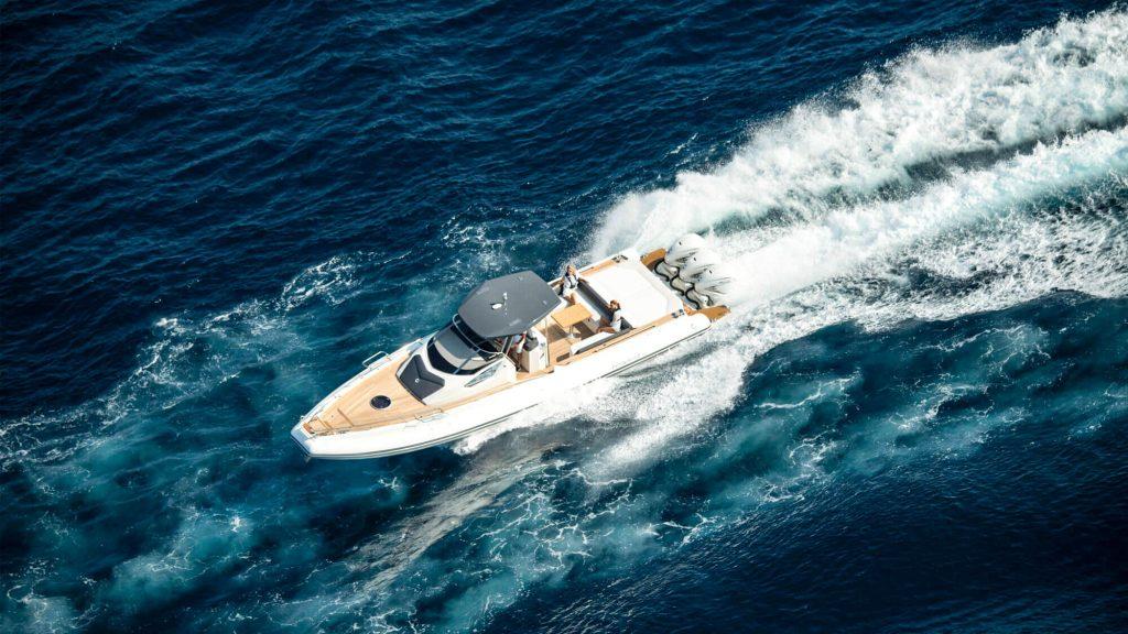 Foto aerea de un yate blanco navegando en el mar azul verdoso de Nautika Kantauri, Concesionario oficial Yamaha en Guipúzcoa