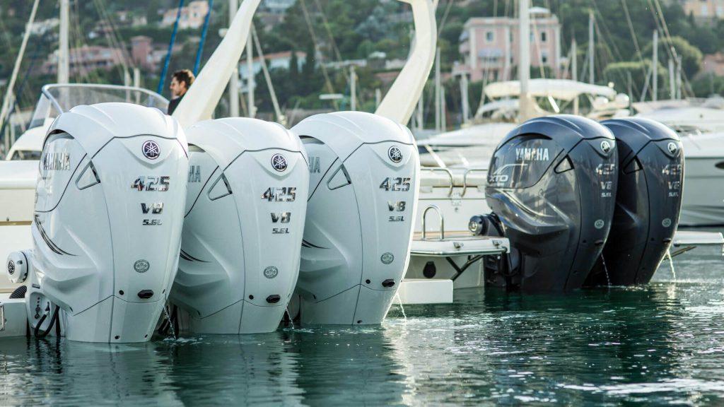 Foto de motores Yamaha blancos y negros parados en el puerto