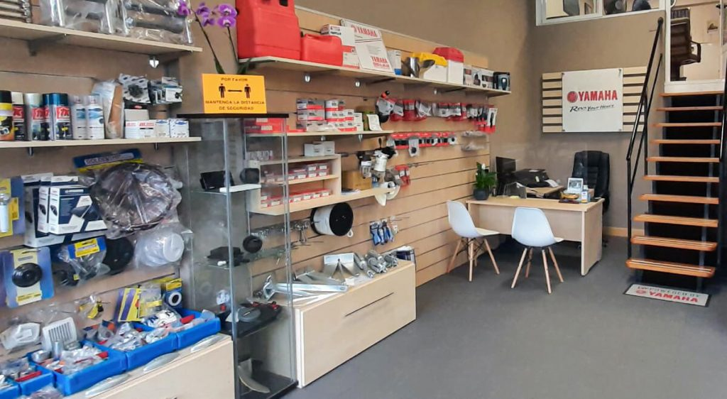 Fotografía del interior de la tienda - oficina de Nautika Kantauri.